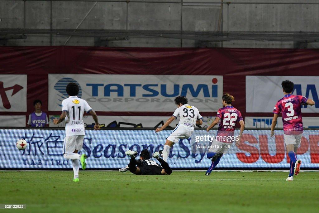 Mu Kanazaki of Kashima Antlers scores his side's second goal during the J.League J1 match between Vissel Kobe and Kashima Antlers at Noevir Stadium Kobe on August 9, 2017 in Kobe, Hyogo, Japan.