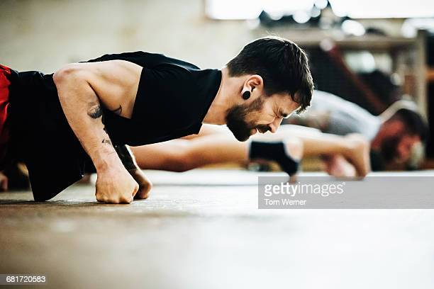 muay thai boxing athlete doing pushups - dureza - fotografias e filmes do acervo