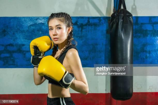 muay thai martial art, kickboxing. (attractive female boxer at training) - deporte de combate fotografías e imágenes de stock