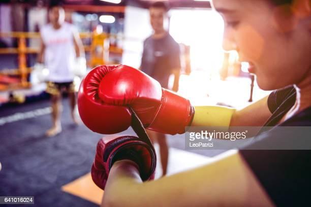 muay thai träning - motiverande träning på gym anläggning - boxning sport bildbanksfoton och bilder