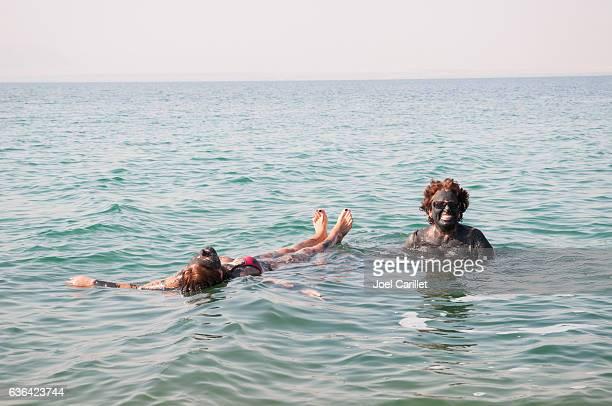 mud and fun in the dead sea, jordan - mar muerto fotografías e imágenes de stock