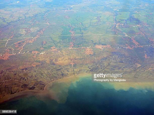 muddy coastline - llanura costera fotografías e imágenes de stock