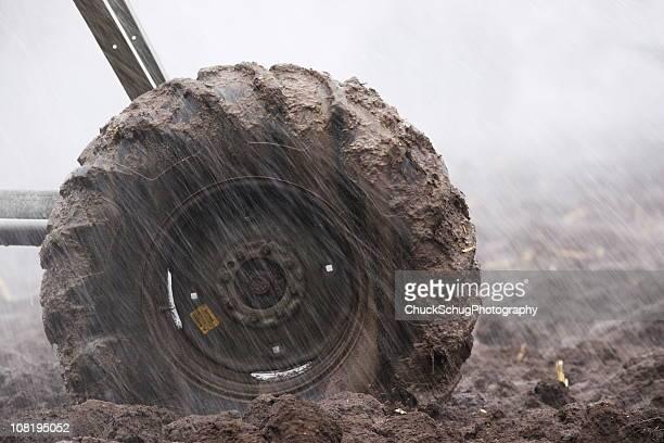 muddy tire agricultura irrigação de sprinkler - chuva - fotografias e filmes do acervo