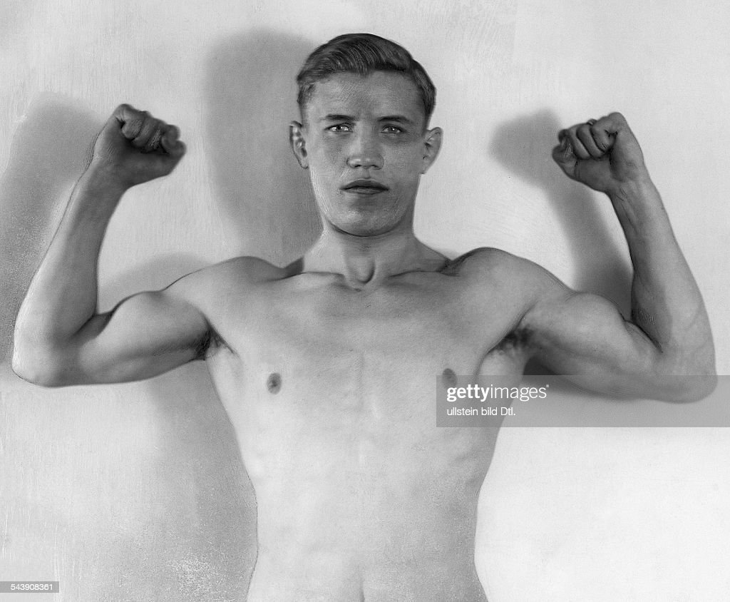 Mueller, Hein - Boxer, Germany*06.12.1903-29.04.1945+portrait, demonstrating his muscles - ca. 1929- Photographer: Hans Robertson / Atelier Robertson- Published by: 'Der Querschnitt' 1/1929Vintage property of ullstein bild : News Photo