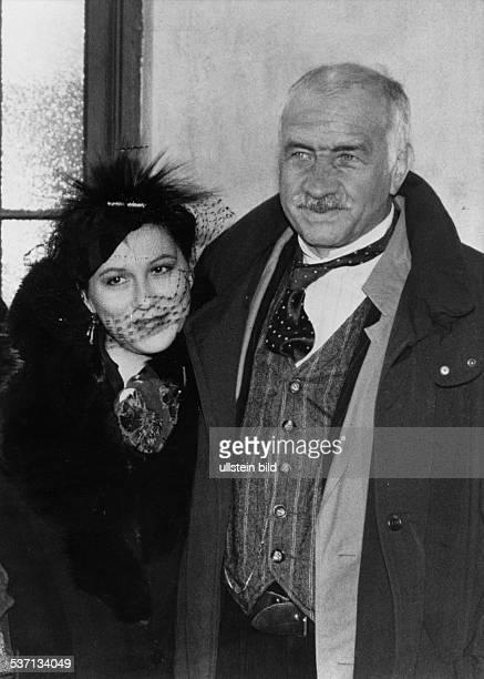 MuellerStahl Armin * Schauspieler Maler Schriftsteller D mit Eva Mattes bei Dreharbeiten zu dem Film `'Der Kinoerzaehler' von Bernhard Sinkel 1992