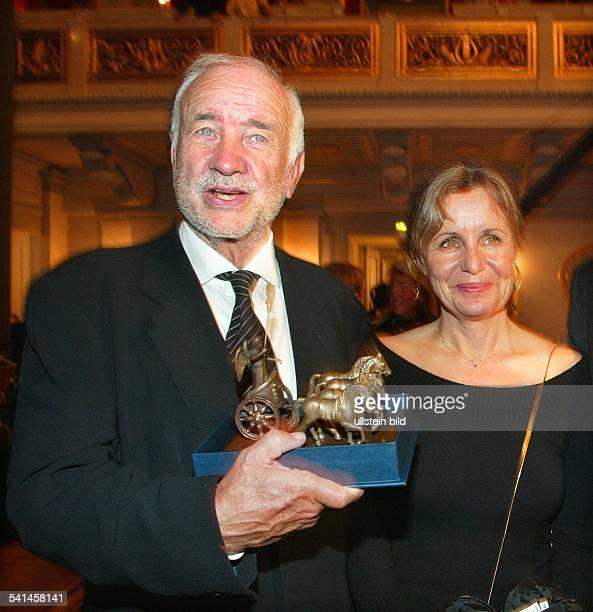 MuellerStahl Armin *Schauspieler Maler Schriftsteller D mit seiner Frau Gabriele und dem QuadrigaPreis