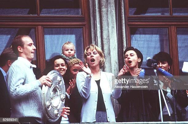 BUNDESLIGA 98/99 Muenchen BAYERN MUENCHEN DEUTSCHER MEISTER 1999 MEISTERFEIER im Rathaus Mario BASLER mit Meisterschale wird von Spielerfrauen...