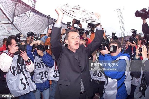2 Muenchen BAYERN MUENCHEN DEUTSCHER MEISTER 1999 Trainer Ottmar HITZFELD/BAYERN mit Meisterschale