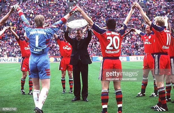 2 Muenchen BAYERN MUENCHEN DEUTSCHER MEISTER 1999 Trainer Ottmar HITZFELD mit Meisterschale und Team