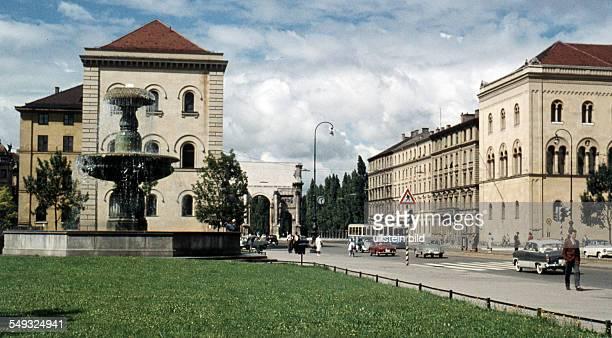 Muenchen ca. 1958, Innenstadt, Leopoldstrasse mit Siegestor, teilweise sind noch die Kriegsschaeden zu sehen
