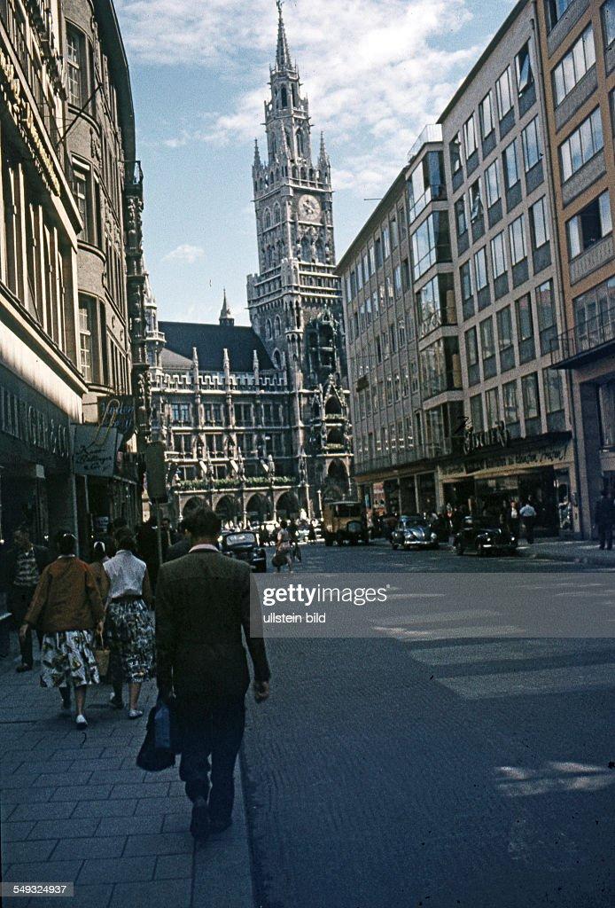 GER, Muenchen ca. 1958, innenstadt, vor dem Rathaus : News Photo