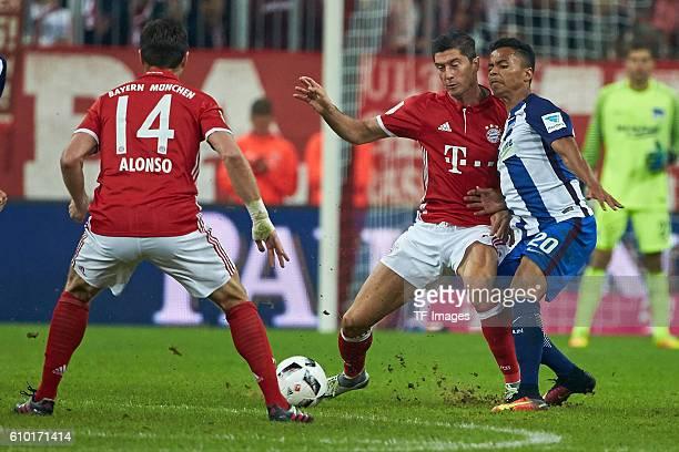 Muenchen Deutschland 1 Bundesliga 4 Spieltag FC Bayern Muenchen Hertha BSC Xabi Alonso Robert Lewandowski und Allan Rodrigues de Souza vl