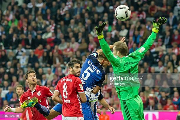 Muenchen Deutschland Bundesliga 4 Spieltag FC Bayern Muenchen Hertha BSC vl Xabi Alonso Javier Martinez Niklas Stark Torwart Manuel Neuer