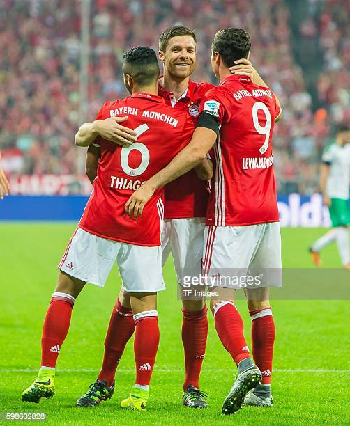 Muenchen Deutschland Bundesliga FC Bayern Muenchen SV Werder Bremen Jubel um den Torschuetzen zum 30 Robert Lewandowski