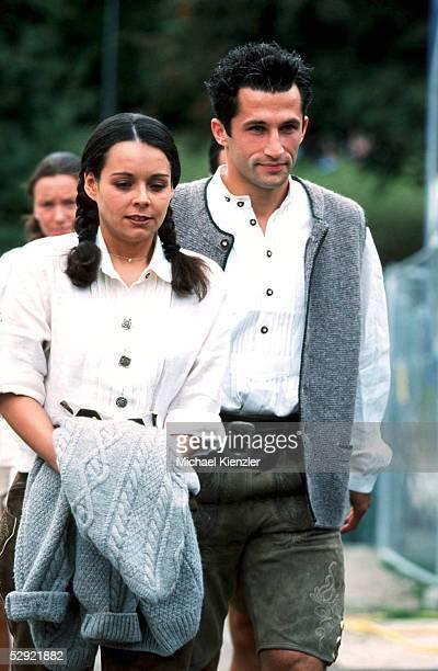 Muenchen; FC BAYERN MUENCHEN beim OKTOBERFEST; Hasan SALIHAMIDZIC und Freundin Esther COPADO