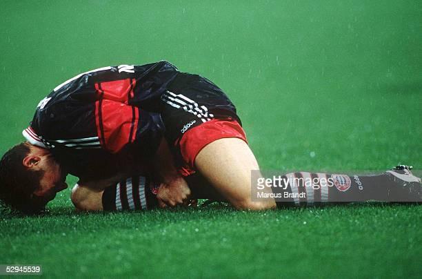 1 BUNDESLIGA 98/99 Muenchen FC BAYERN MUENCHEN BORUSSIA DORTMUND 22 Lothar MATTHAEUS/BAYERN bleibt mit einem Muskelfaserriss am Boden liegen