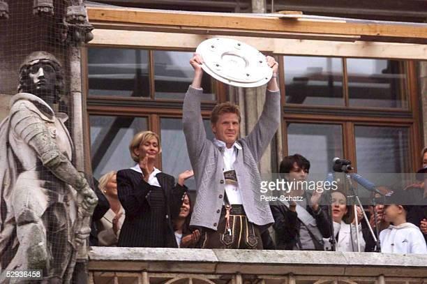 BUNDESLIGA 98/99 Muenchen FC BAYERN MUENCHEN MEISTERFEIER auf dem Muenchener Merienplatz Stefan EFFENBERG/Bayern mit Frau Martina EFFENBERG und der...