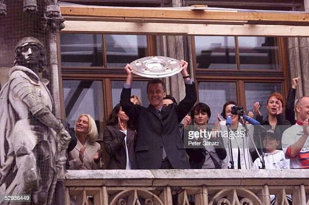 BUNDESLIGA 98/99 Muenchen FC BAYERN MUENCHEN MEISTERFEIER auf dem Muenchener Merienplatz Trainer Ottmar HITZFELD/Bayern mit der Meisterschale