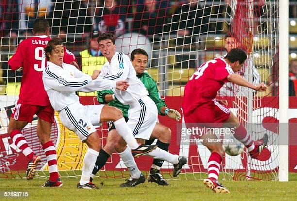LEAGUE 01/02 Muenchen FC BAYERN MUENCHEN REAL MADRID 21 Torszene zum 21 durch Claudio PIZARRO/BAYERN