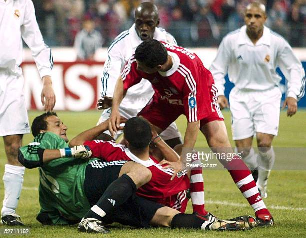 LEAGUE 01/02 Muenchen FC BAYERN MUENCHEN REAL MADRID 21 Torwart Dominguez CESAR am Boden Giovane ELBER und Claudio PIZARRO/BAYERN