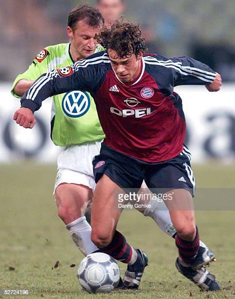 POKAL 01/02 Muenchen FC BAYERN MUENCHEN VFL WOLFSBURG 21 Dorinel MUNTEANU/WOLFSBURG Markus FEULNER/BAYERN