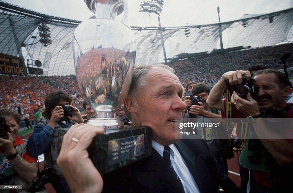 , Muenchen; NIEDERLANDE EUROPAMEISTER 1988; Trainer Rinus MICHELS/NED mit Pokal