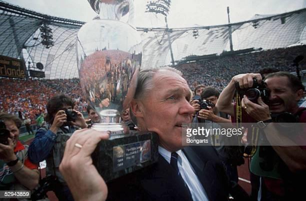 Muenchen NIEDERLANDE EUROPAMEISTER 1988 Trainer Rinus MICHELS/NED mit Pokal