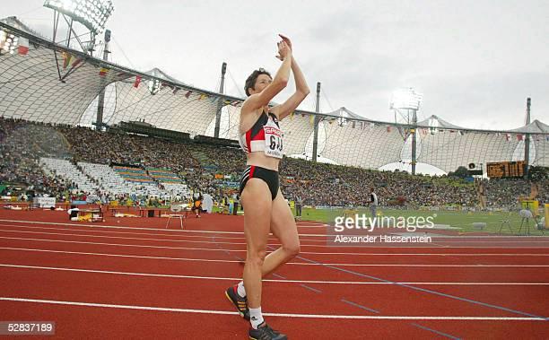 EM 2002 Muenchen SIEBENKAMPF FRAUEN/800m JUBEL ueber SILBER Sabine BRAUN/GER verabschiedet sich beim Publikum/Karriereende