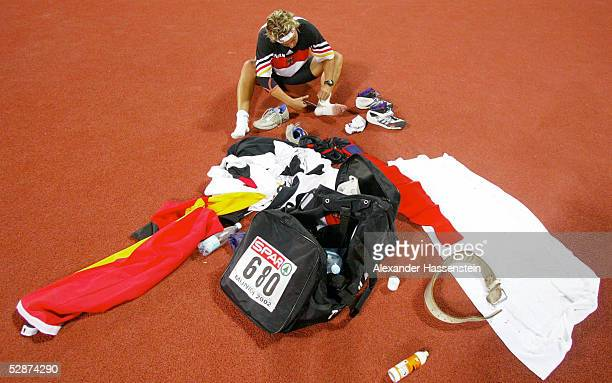 EM 2002 Muenchen SPEERWURF FRAUEN Steffi NERIUS/GER nach dem Wettkampf und dem Gewinn der Silbermedaille