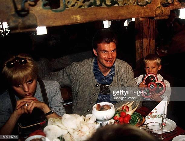 Muenchen Spieler auf dem Oktoberfest 280995 Thomas HELMER mit Ehefrau REGINE und Sohn KIMSEBASTIAN