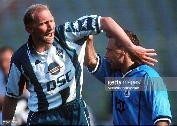 Muenchen TSV 1860 MUENCHEN SV WERDER BREMEN 21 Thomas HAESSLER/1860 wollte sich nicht von Dieter EILTS/BREMEN umarmen lassen