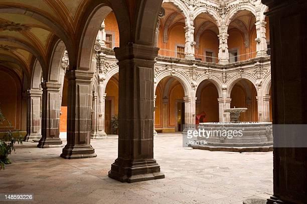 mueso de arte de queretaro, frmr church of san augustine, monastary courtyard - arte stock-fotos und bilder