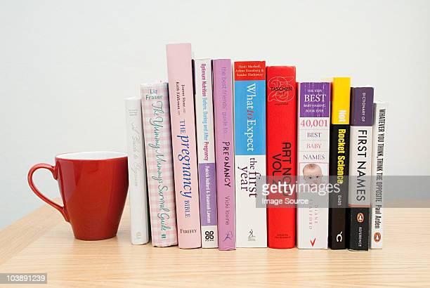 mug and parenting books - 北ヨーロッパ ストックフォトと画像