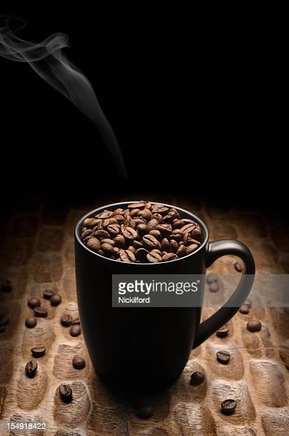 Caneca cheia com grãos de café