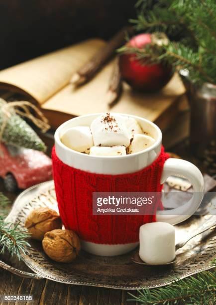 mug filled with hot chocolate and marshmallows - pañuelo rojo fotografías e imágenes de stock