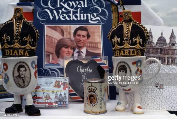 Mugs à l'effigie du prince Charles et Lady Diana dans une boutique de souvenirs, pour célébrer leur mariage, en juin 1981, Royaume-Uni.