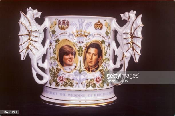 Mugs à l'effigie du prince Charles et Lady Diana dans une boutique de souvenirs, pour célébrer leur mariage, en juillet 1981, Royaume-Uni.
