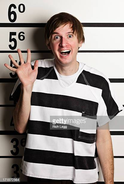 mugshot d'un jeune homme en uniforme de prison - prisonnier photos et images de collection