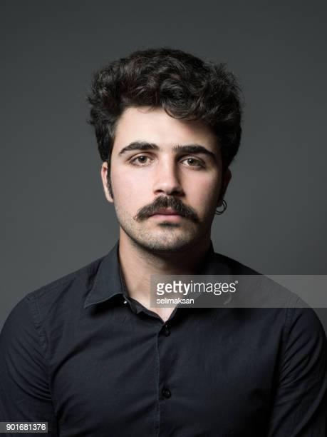 mugshot do homem adulto no plano de fundo cinzento - bigode - fotografias e filmes do acervo
