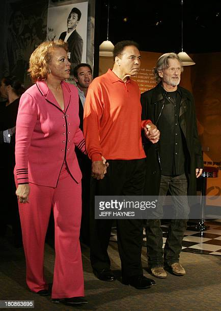 Muhammad Ali walks with wife Lonnie and musican Kris Kristofferson at the Muhammad Ali Center 18 November 2005 in Louisville KY before the grand...