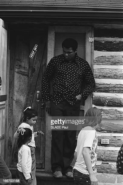 Muhammad Ali With Families At Deer Lake In Pennsylvania Muhammad ALI en famille au camp d'entrainement de DEER LAKE à deux heures de New York où il a...