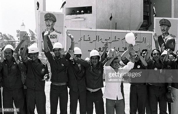 Muhammad Anwar al Sadat Praesident von Aegypten jubelnde Arbeiter waehrend eines Besuches des Praesidenten in Alexandria