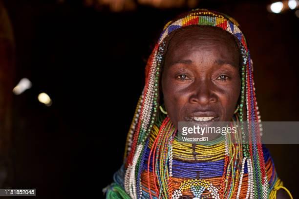 muhila woman with her characteristic hairstyle and necklaces, congolo, angola - cultura indígena fotografías e imágenes de stock