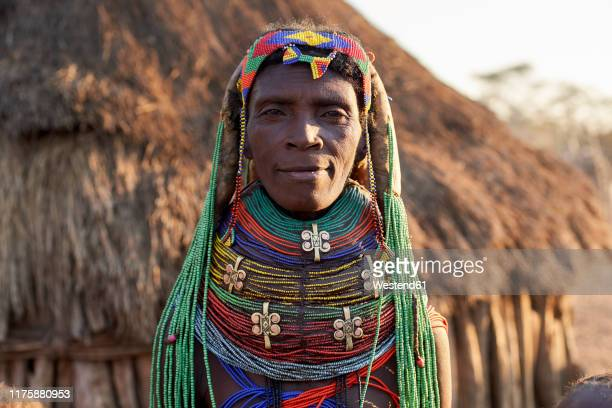muhila woman with her characteristic hairstyle and necklaces, kehamba, chibia, angola. - bead stock pictures, royalty-free photos & images