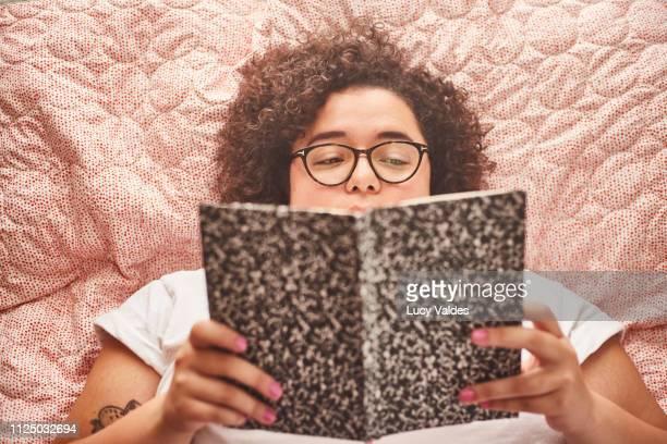 mujer chilena leyendo