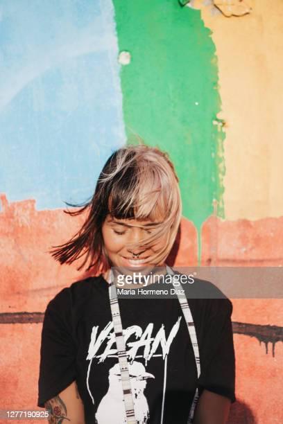 mujer joven cabello blanco y negro grafity arcoíris - blanco y negro ストックフォトと画像