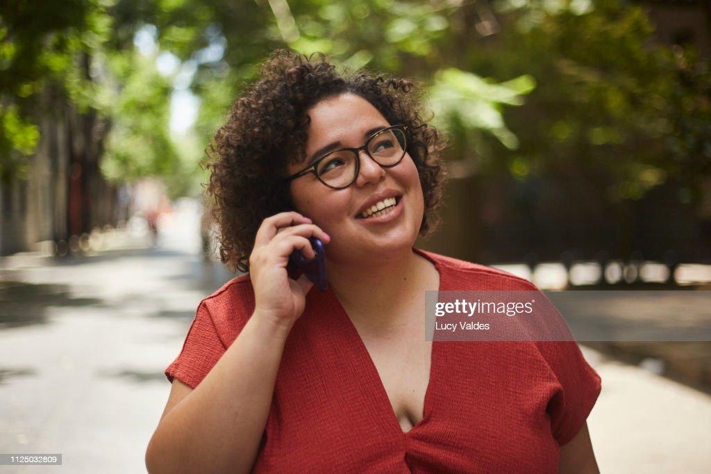 mujer usando su teléfono móvil : Stock Photo