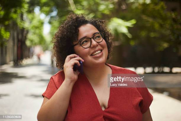 mujer usando su teléfono móvil - teléfono móvil stock pictures, royalty-free photos & images