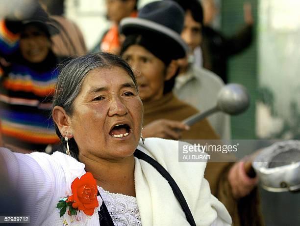Mujeres con cacerolas recorren las calles festejando Dia de la Madre y protestando en La Paz el 27 de mayo de 2005 Miles de manifestantes...
