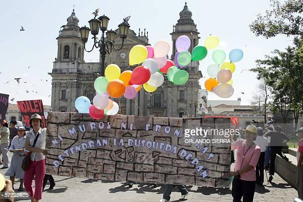 Mujeres encabezan el via crucis del emigrante en Ciudad de Guatemala, el 31 de marzo de 2006. El via crucis, que recorre el centro historico de la...